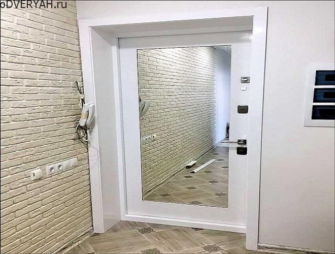 дверь с зеркалом