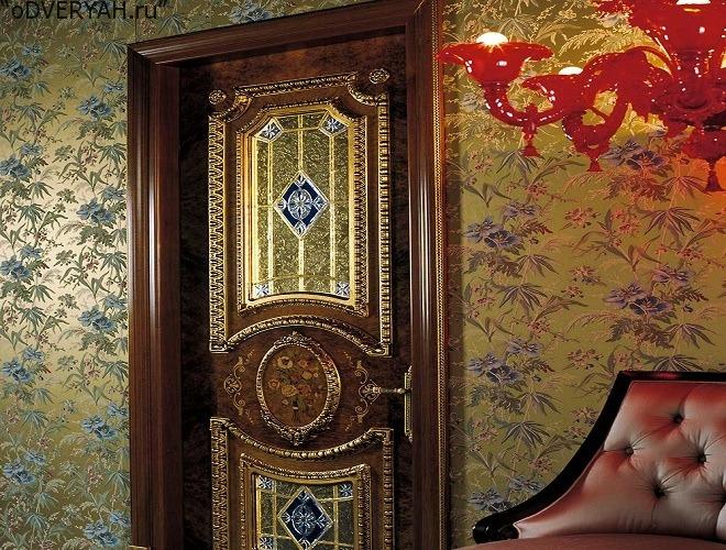 дверь с ярким орнаментом
