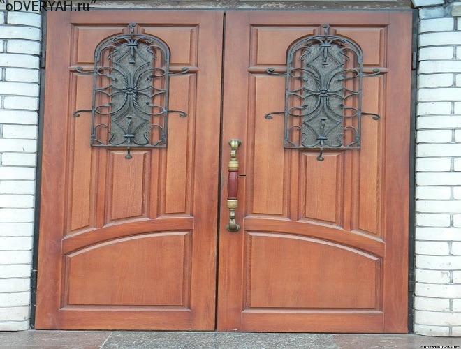 дверь с декоративными элементами