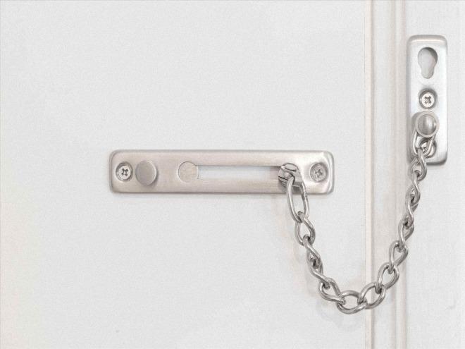 Как выбрать и установить цепочку самостоятельно, преимущества таких ограничителей на двери