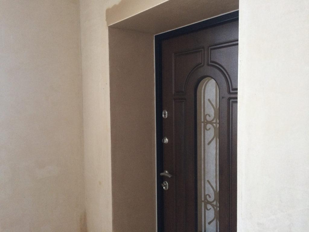 Пошаговая технология оштукатуривания откосов двери, зачем это нужно