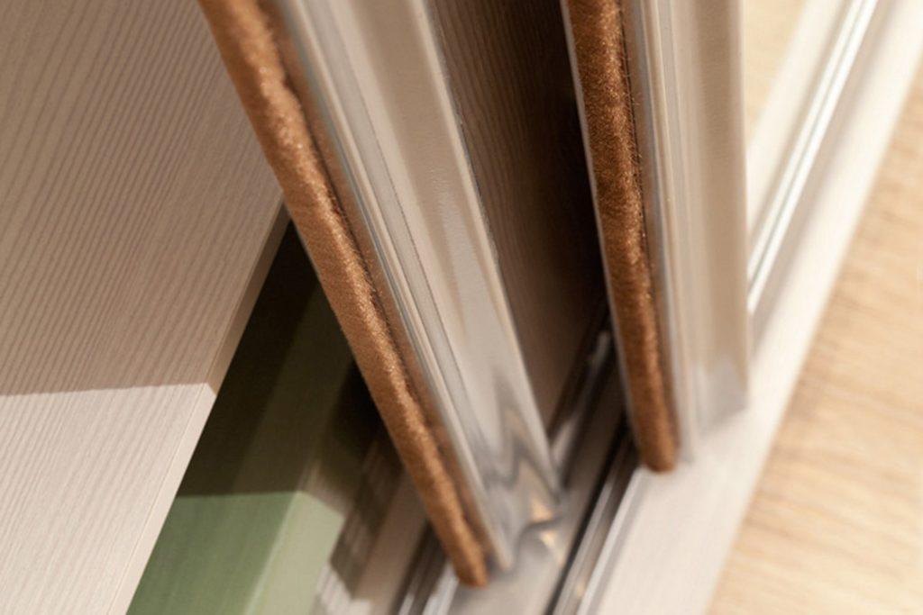 Как подобрать и установить для различных дверей щеточный уплотнитель