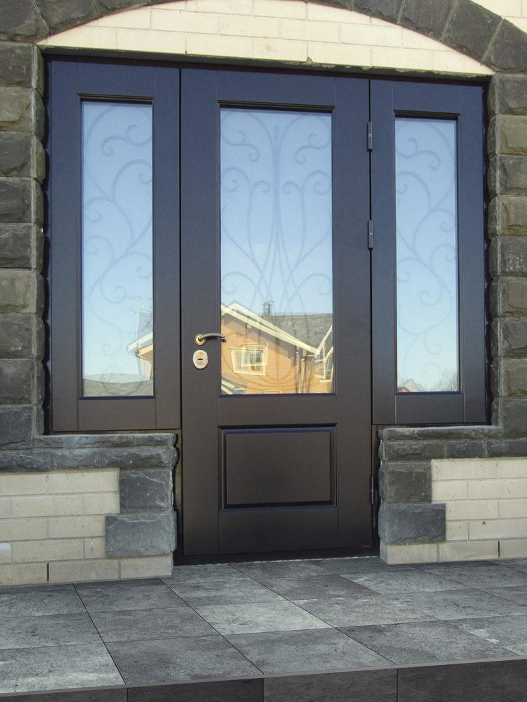 Что учесть при выборе уличных дверей со стеклопакетом, достоинства и недостатки таких входных конструкций.
