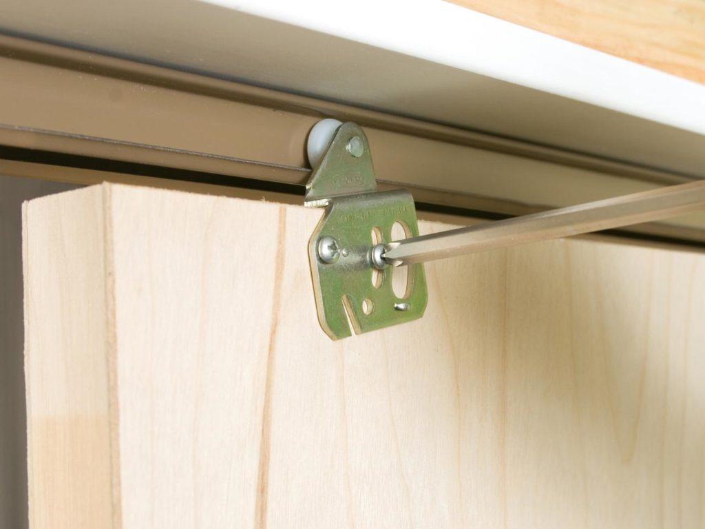 Установка дверей в кладовке с раздвижным механизмом, а так же советы по выбору и преимущества такой конструкции