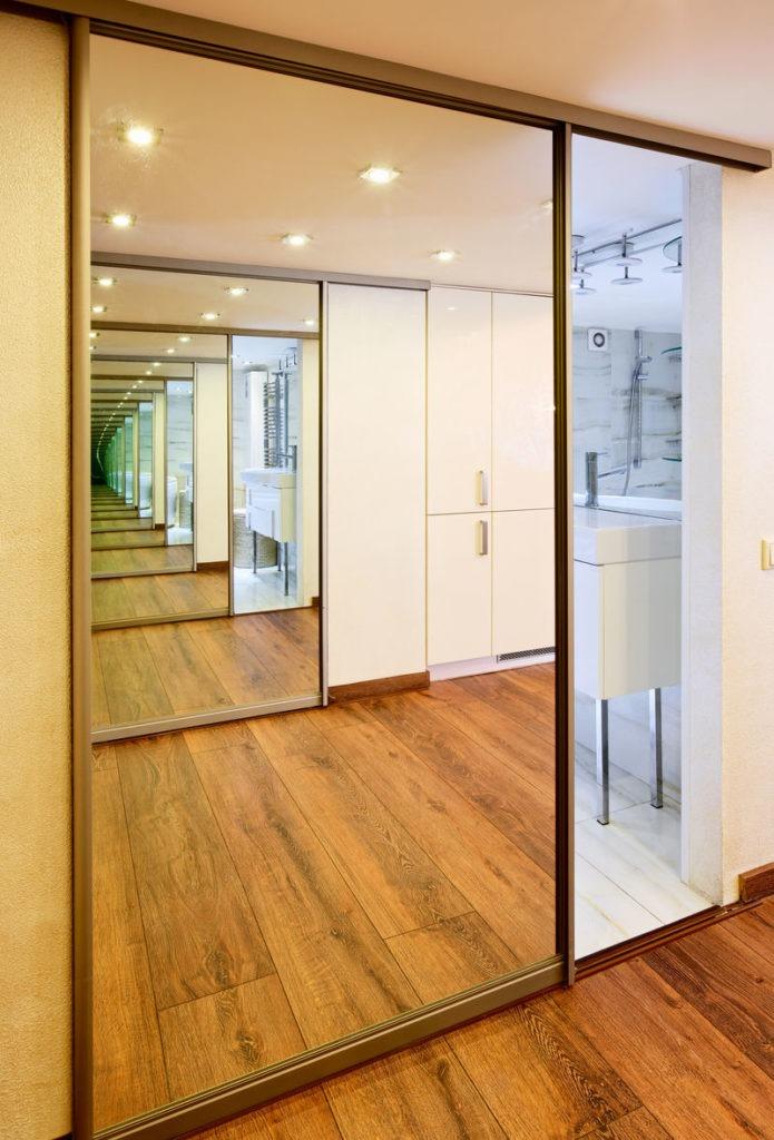 Как использовать зеркальные двери с раздвижным механизмом в современном интерьере
