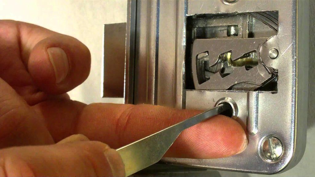 Что делать если замок на входной двери сломался, как вскрыть его самостоятельно