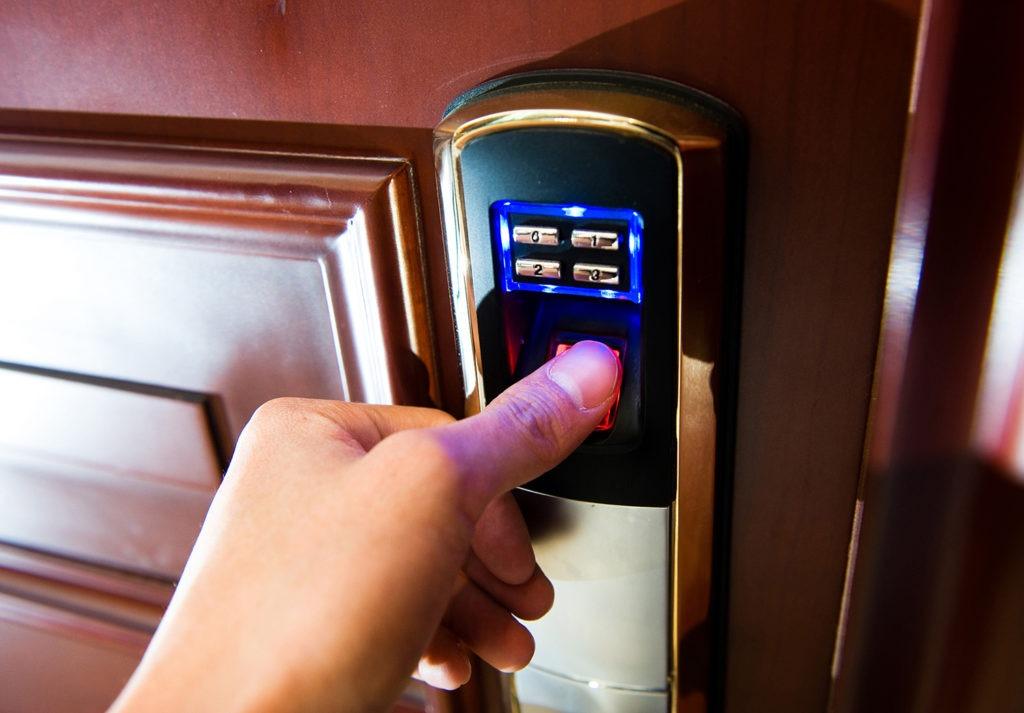 Как подобрать биометрический замок, плюсы и минусы использования, самостоятельная установка на входную дверь